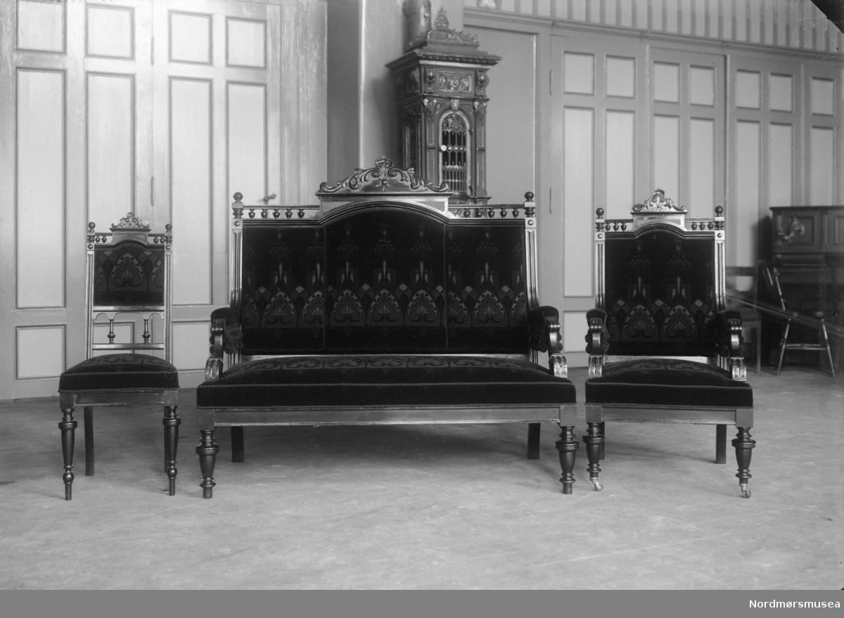 Gjenstandsbilde: lukseriøse salongmøbler av to stoler og en sofa. Se også reg. nr. KMb-1987-005.6255. Fra Nordmøre museums fotosamlinger.