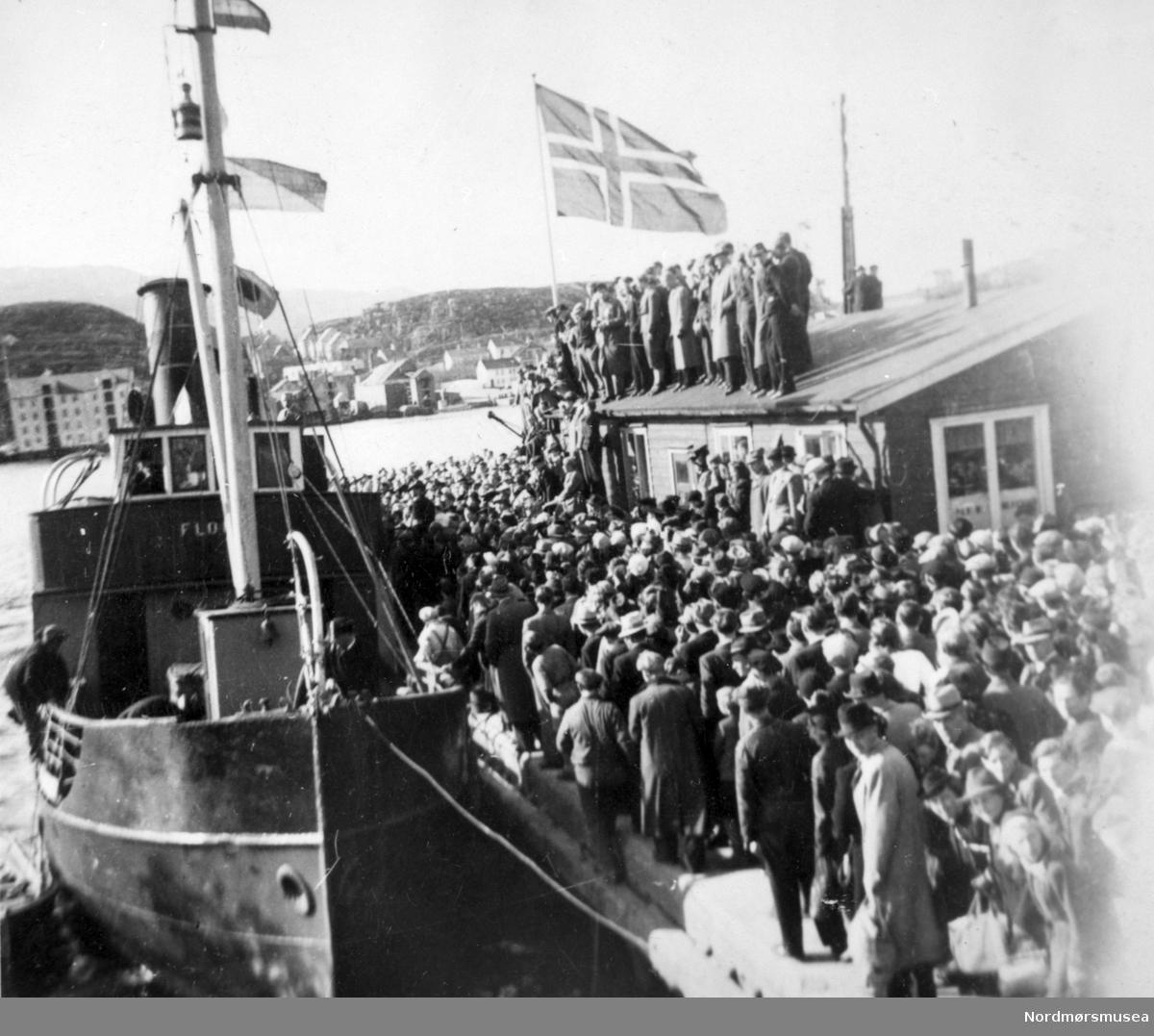 "Nordmørskaia, ""Devoldholmen"", 17.mai 1945, folkemengde, båt, kai, Fra Nordmøre Museum sin fotosamling."
