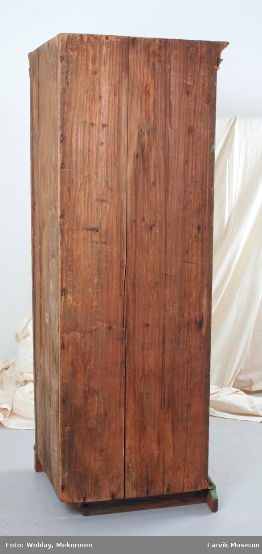 Form: tredelt skap. øverst skap m/ skjehylle og 1hylle glassdør. midtrom 8 skuffer med messingknotter og en smal hylle. foran klaff med speilfylling hengslet i underkant med messinghengsler. nederst skap med 1 hylle, dører med speilfyllinger. dørene hengslet med jernhengsler, messing- beslag på låsene.