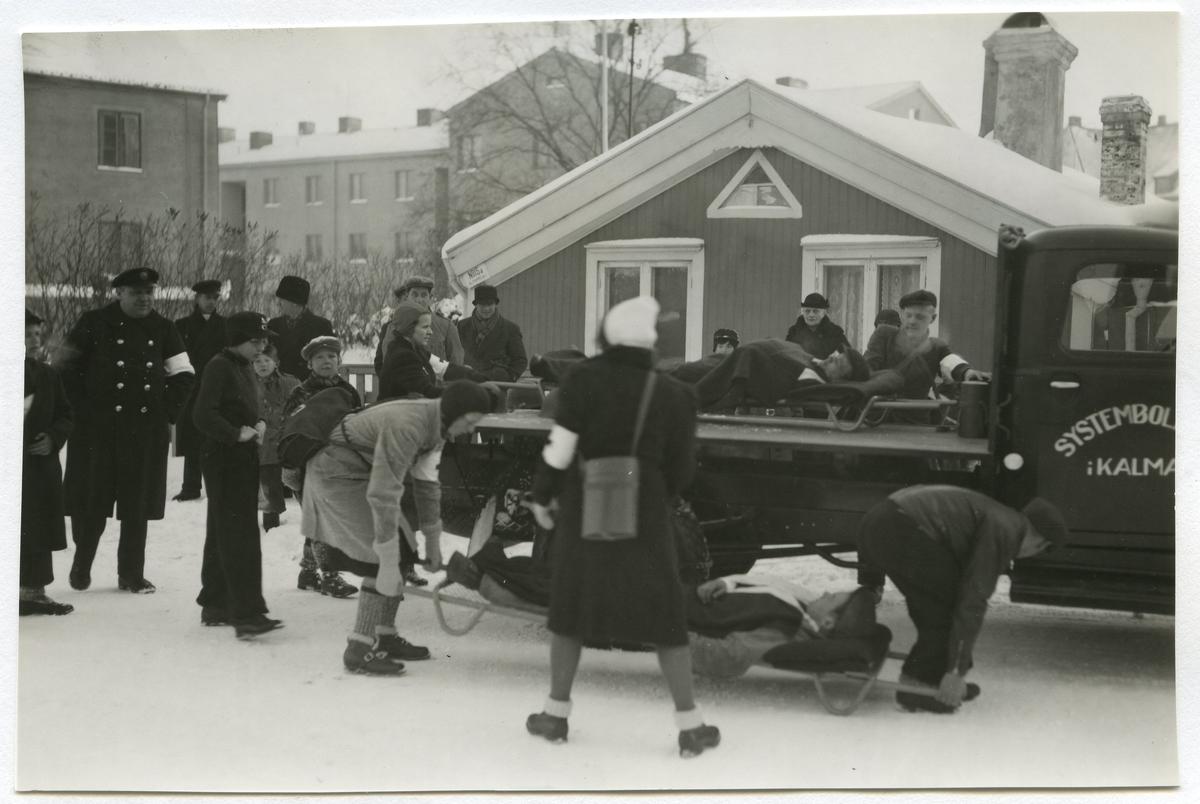 Civilförsvarsövning 1939-1940. Mannen med den vita bindeln heter Harry Johnsson, Taxiägare, Kalmar. Röda korset.