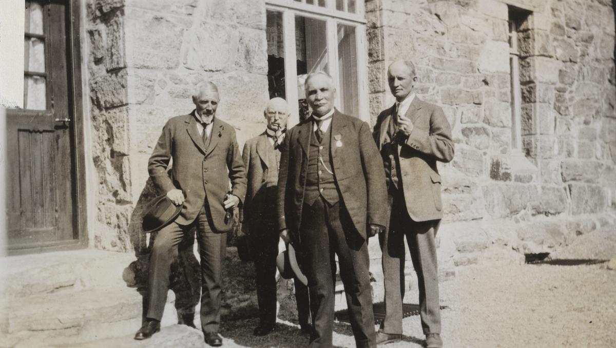 Sentrale ledere på Bergensbanen samlet på Myrdal stasjon i 1923.  Fra venstre distriktsjef Esmark, overingeniør O.B., banemester Romslo og baneinspektør Lorange.