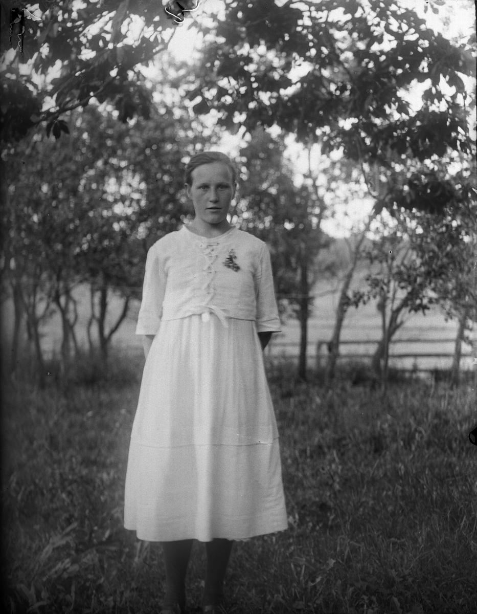 Hilda Södergren i trädgården i Sävasta, Altuna socken, Uppland 1920