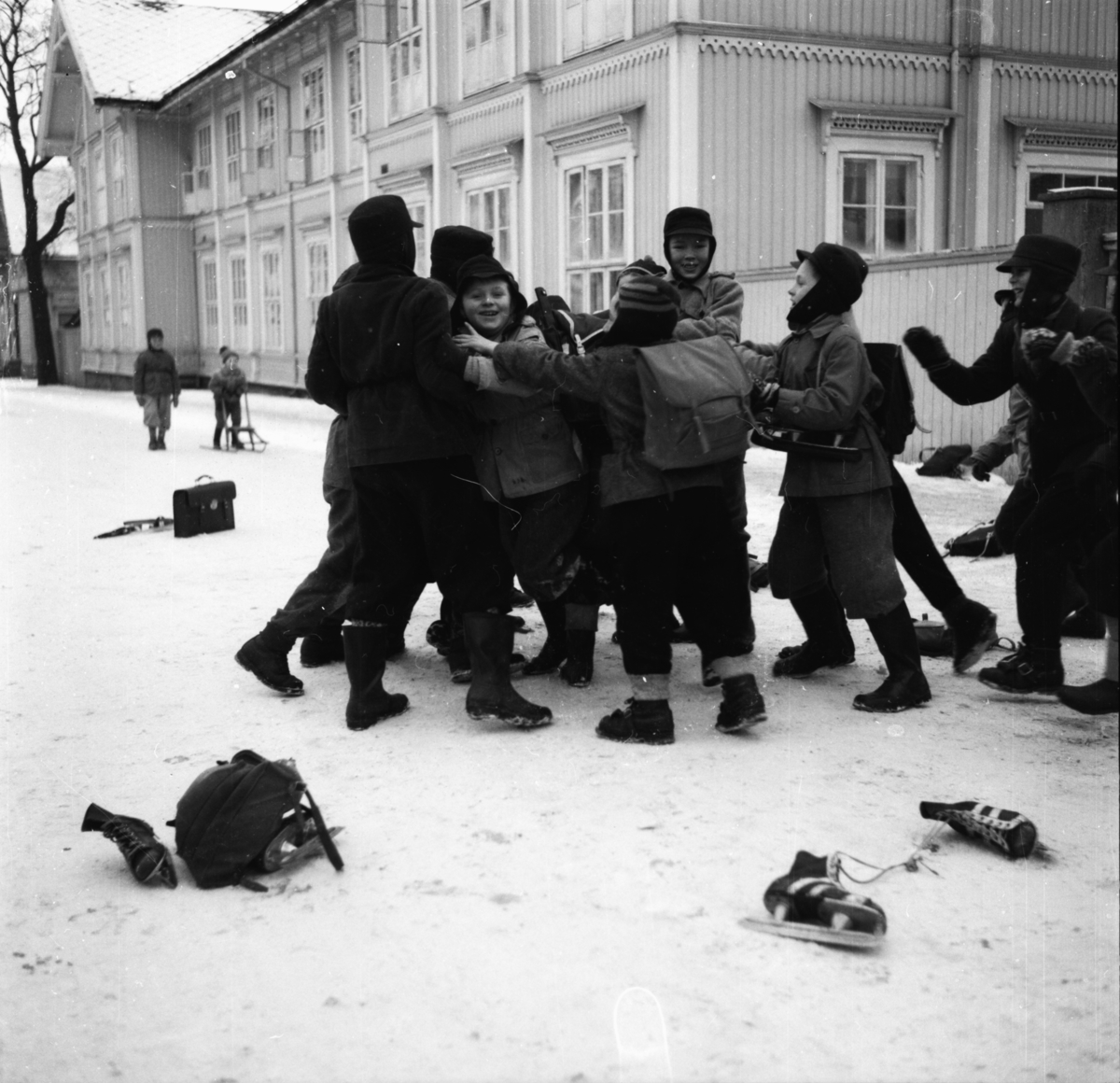 "Vardens arkiv. ""Barn som lekeslåss""  26.01.1954"