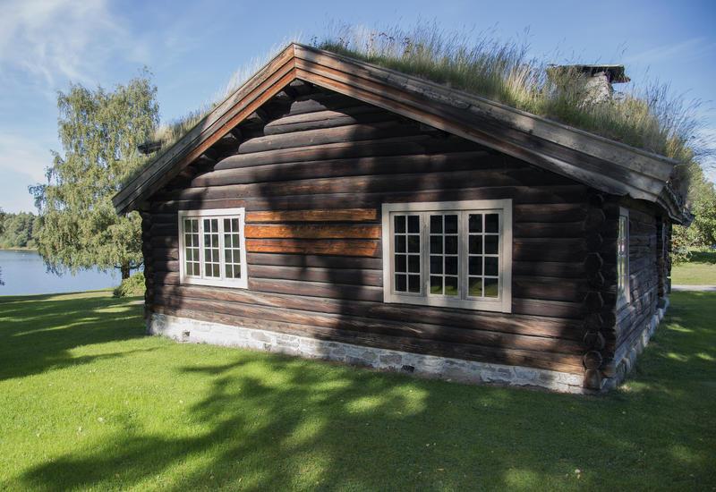 Stua ligger vakkert til nesten innerst i Rosenlundvika.