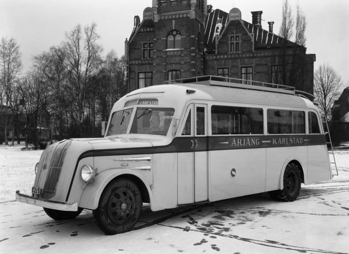 Bussen till Årjäng utanför tingshuset i Klara på en bild från 1934