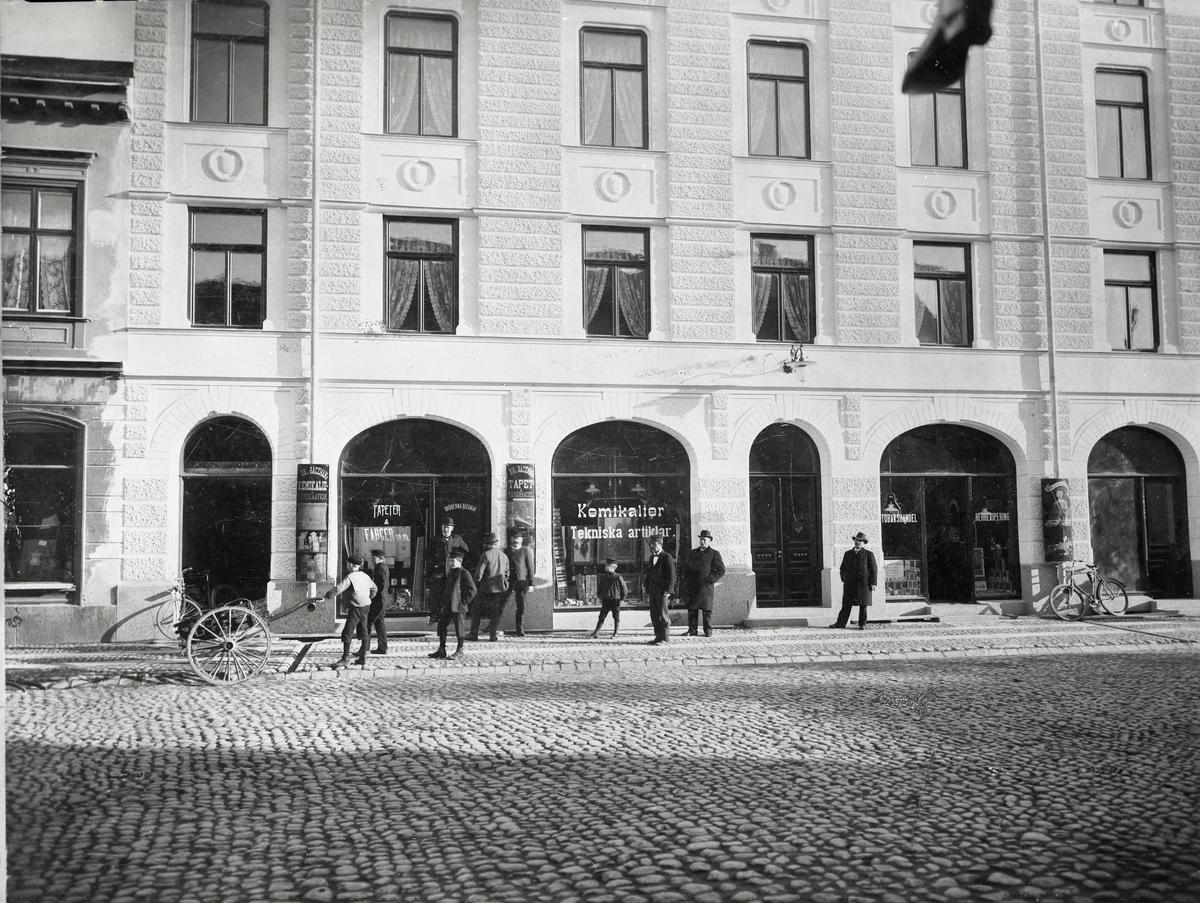 Bäckmans Färghandel i Grand hotells fastighet ca 1910. Dåligt skick på original. Rikligt med repor och damm .