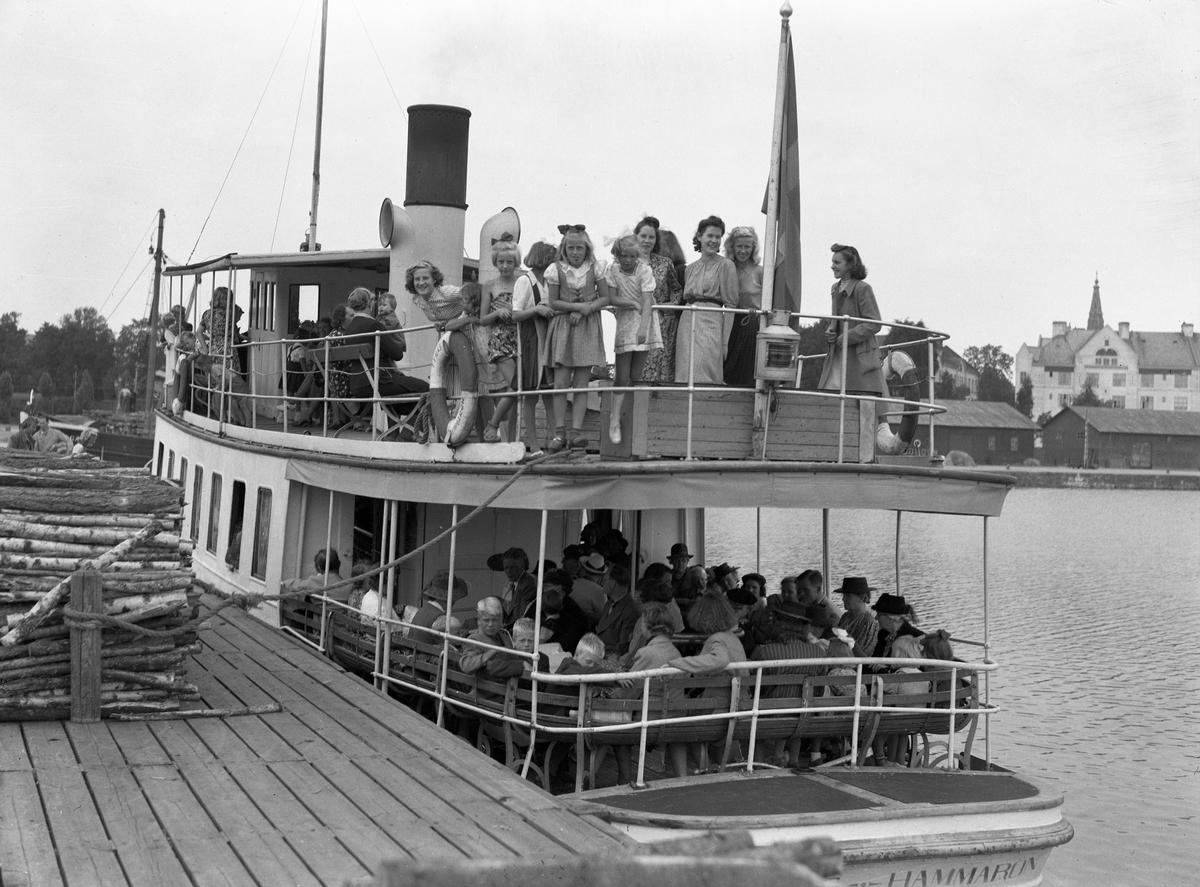 HSB bjuder på skärgårdsutflykt med hjälp av ångbåten Tynäs.Turen går från Inre hamn 1943.