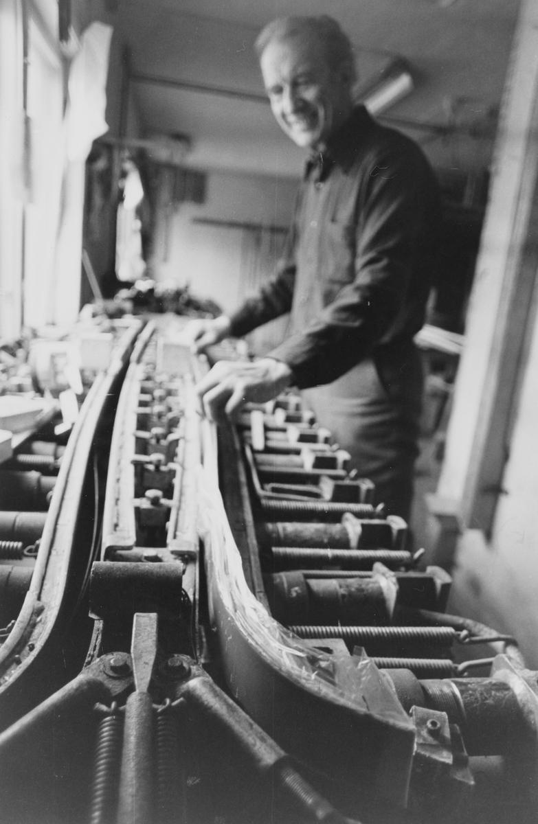 Ivar Halvorsen lanserte Blå-Skia midt på 50-tallet, produsert i skifabrikken i Kruttverkveien.  Særlig Odd Martinsen bidro sterkt til å gjøre skiene kjent, og de ble etter hvert allemannseie.  Produksjonen ble lagt ned i 1984/85.