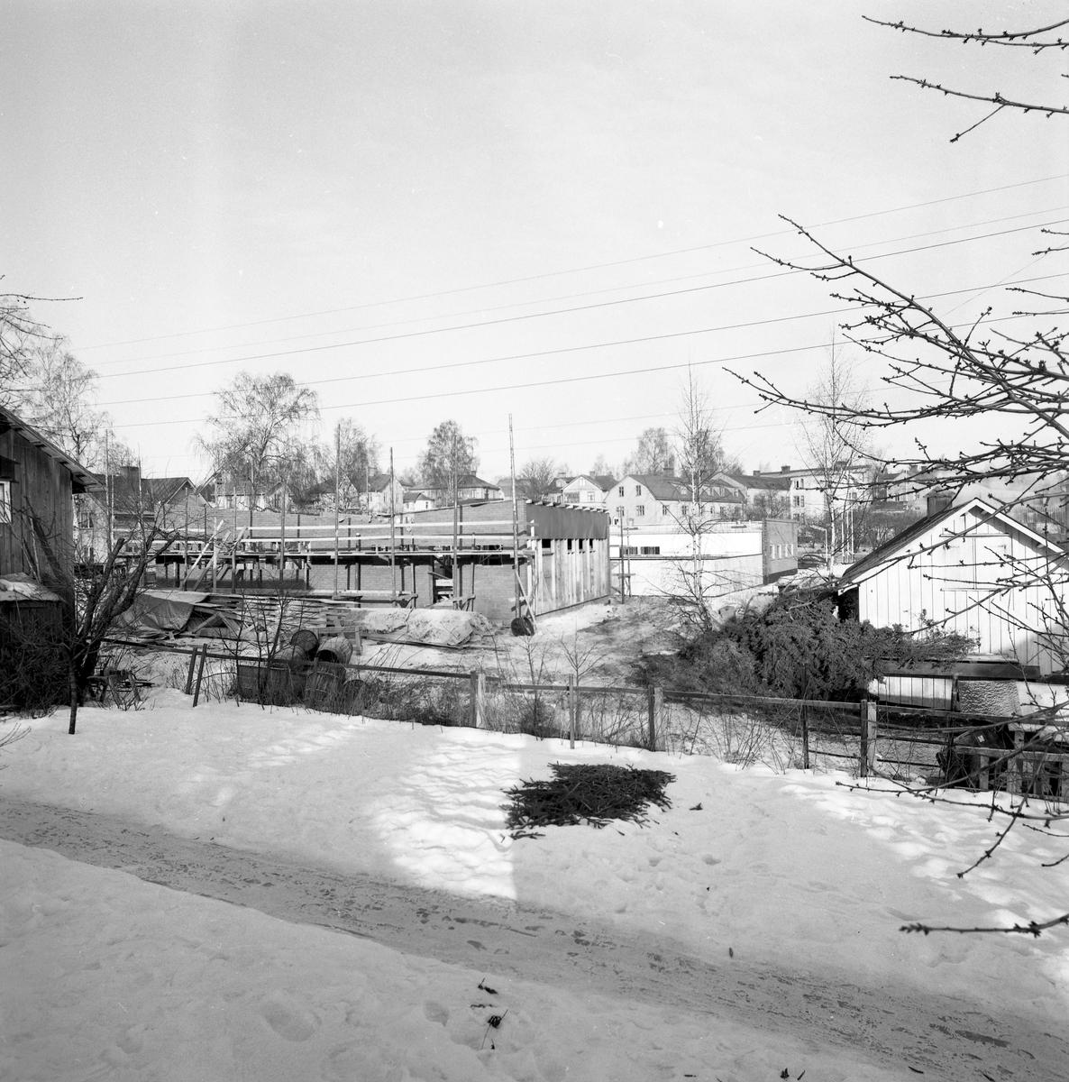 Konsumtionsföreningen i Arvika bygger nytt innanför dåvarande IC-macken på Kyrkogatan. Nuvarande adress är Allégatan 8 och bilden togs i februari 1961.