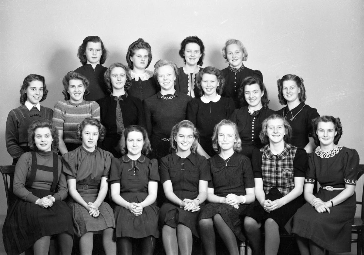 En serie gruppbilder tagna av fotograf Nils-Gustaf Hermansson under 1950-talets första hälft.