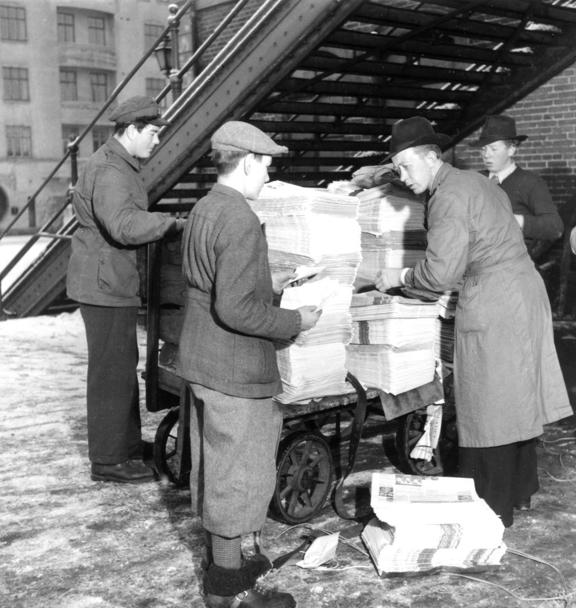 Tidningsbud under gångbron vid centralen runt 1950.