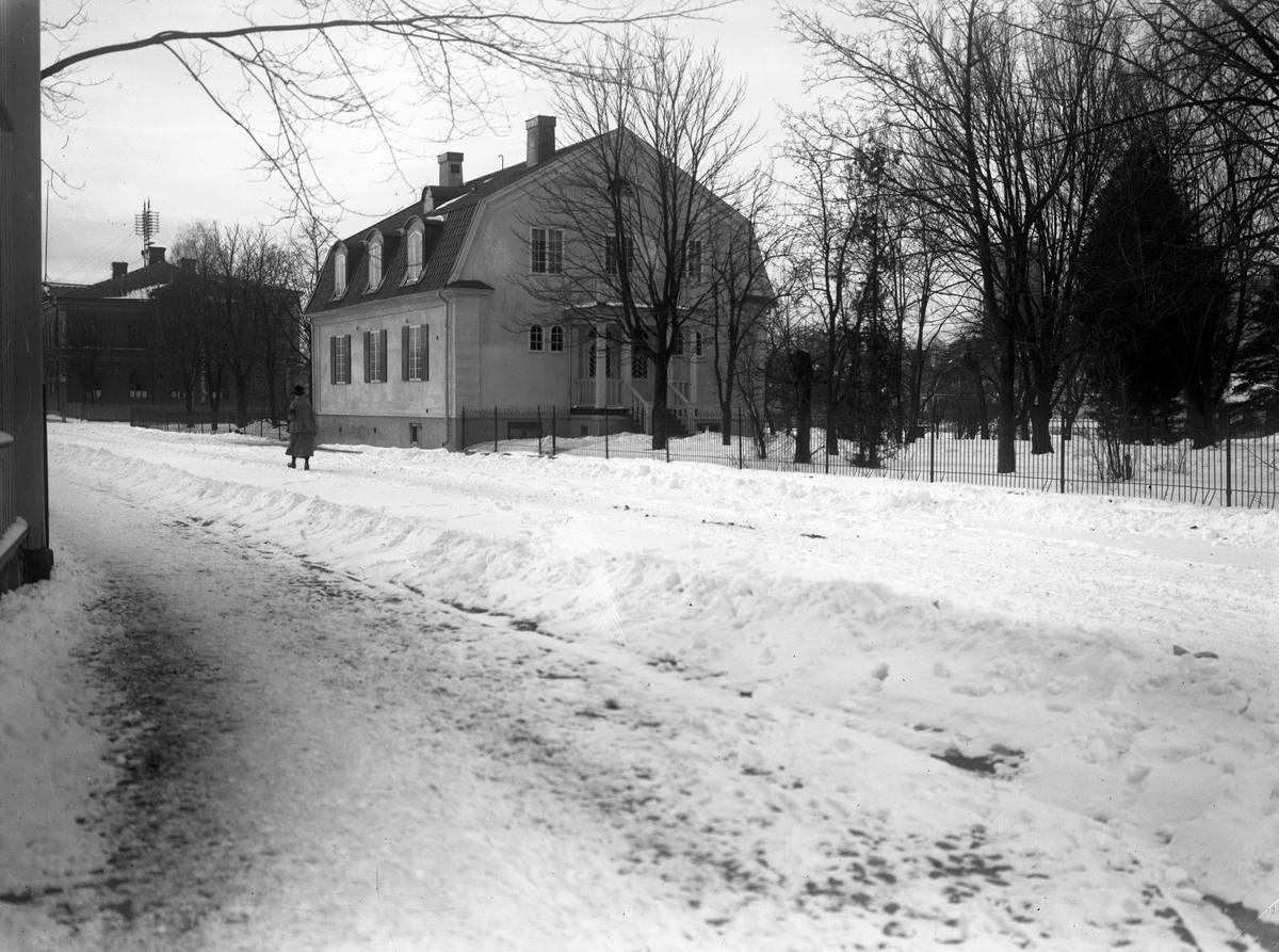 Nancy Enwall-Gardells villa på Grevgatan i början av 1920-talet. Hon drev en husmodersskola i den s k Haakens villa intill, numera ägd av Länkarna.