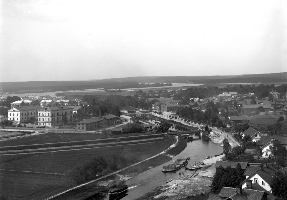 Vy över lasarettsområdet, pråmkanalen och västra Haga på ett foto taget från vattentornet på Herrhagen år 1889.