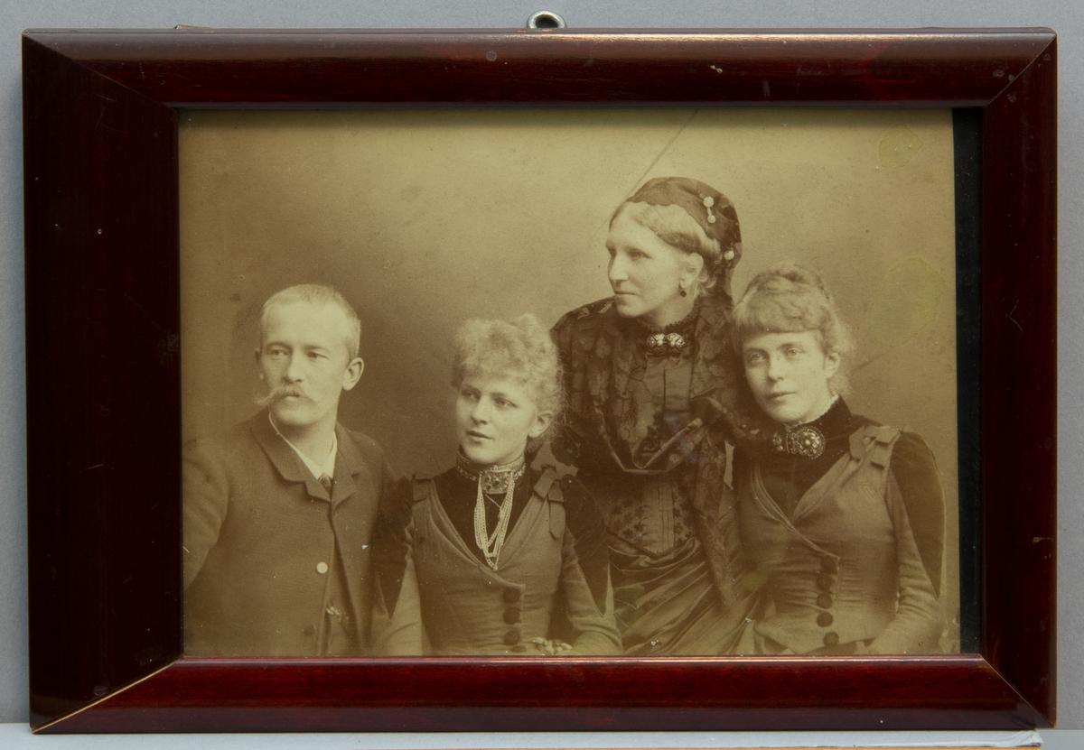 Fotografiporträtt, gruppbild, midjebild. Från vänster till höger:Ferdinand Boberg, Anna Scholander (fästmö F Boberg), Carin Scholander (mor till Anna och Ellen) och Ellen Scholander.