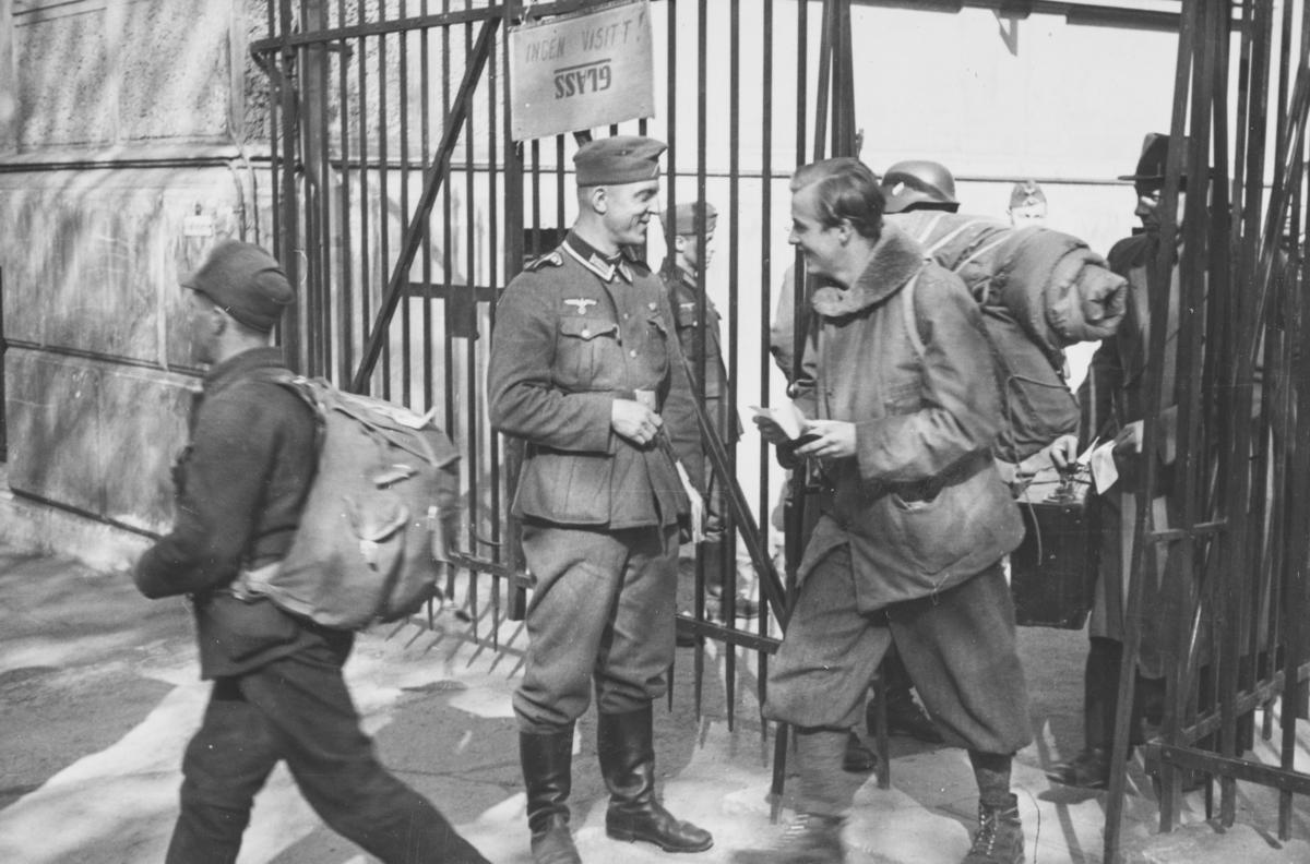"""Norsk fangeleir  ved Logen i mai 1940. Tysk vakt ved porten. Tekst fra album: """"Avskjed med den populære underoffiser."""""""