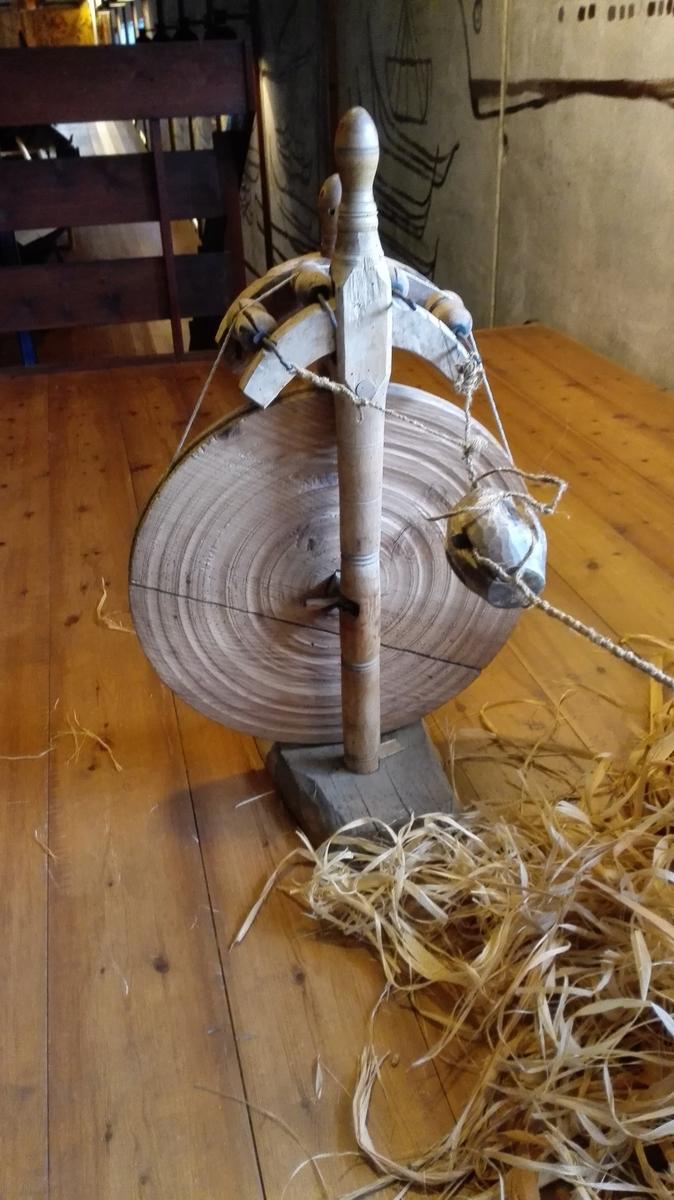 """1 snörerok.  En saakaldt snörerok, aparat til spinding av hampetaug. Vanlig type bestaaende av saakaldt """"rok"""" og """"mer"""" (ogsaa kaldet """"ottegangsmer"""") samt """"bonken"""", et litet kegleformet træstykke med fire furer i anvendt under tvindingen av tauget forat faa """"snuen"""" - tvindingen - jevn. Denne """"bonke"""" forutsætter firelagt taug. Skal det være trelagt (med tre """"totta"""") maa anvændes en anden """"bonke"""" med tre furer.  Kjöpt av Bent Johnsen Berge, Fjærland."""