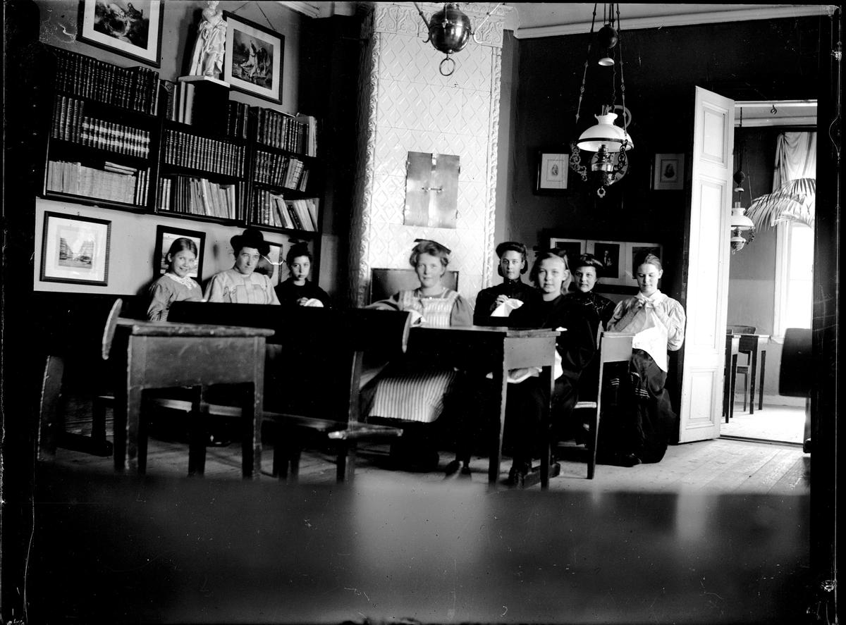 Kvinnor i ett rum. Fotograf okänd.