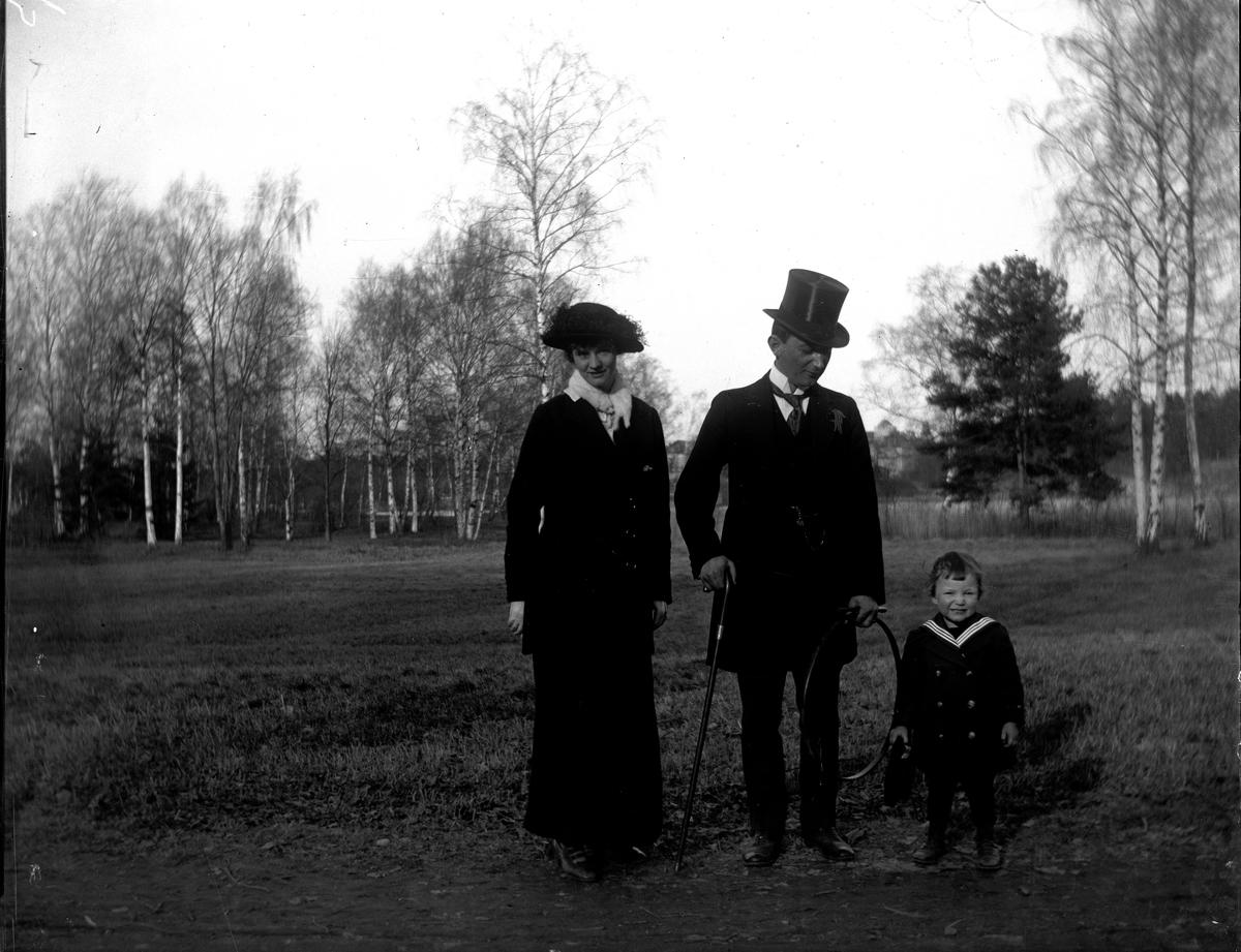 Karin F Sterner, Hugo Larsson och Olle Larsson. Fotograf okänd.