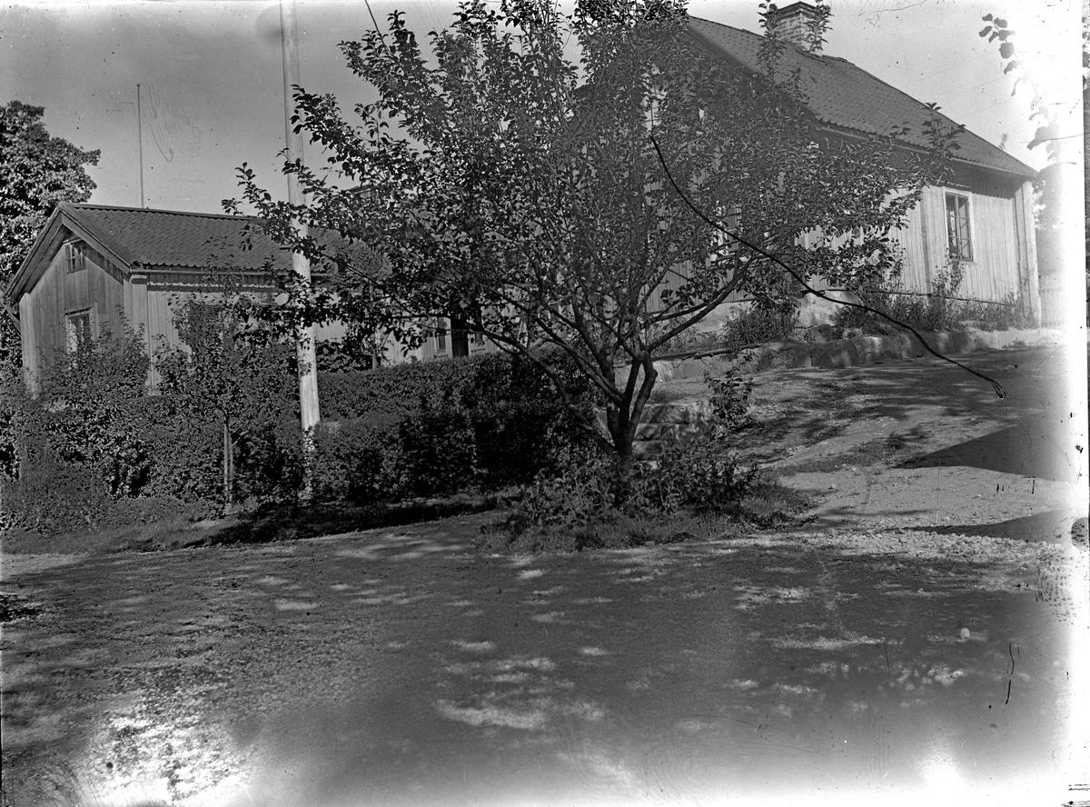 Gårdshus. Fotograf okänd.