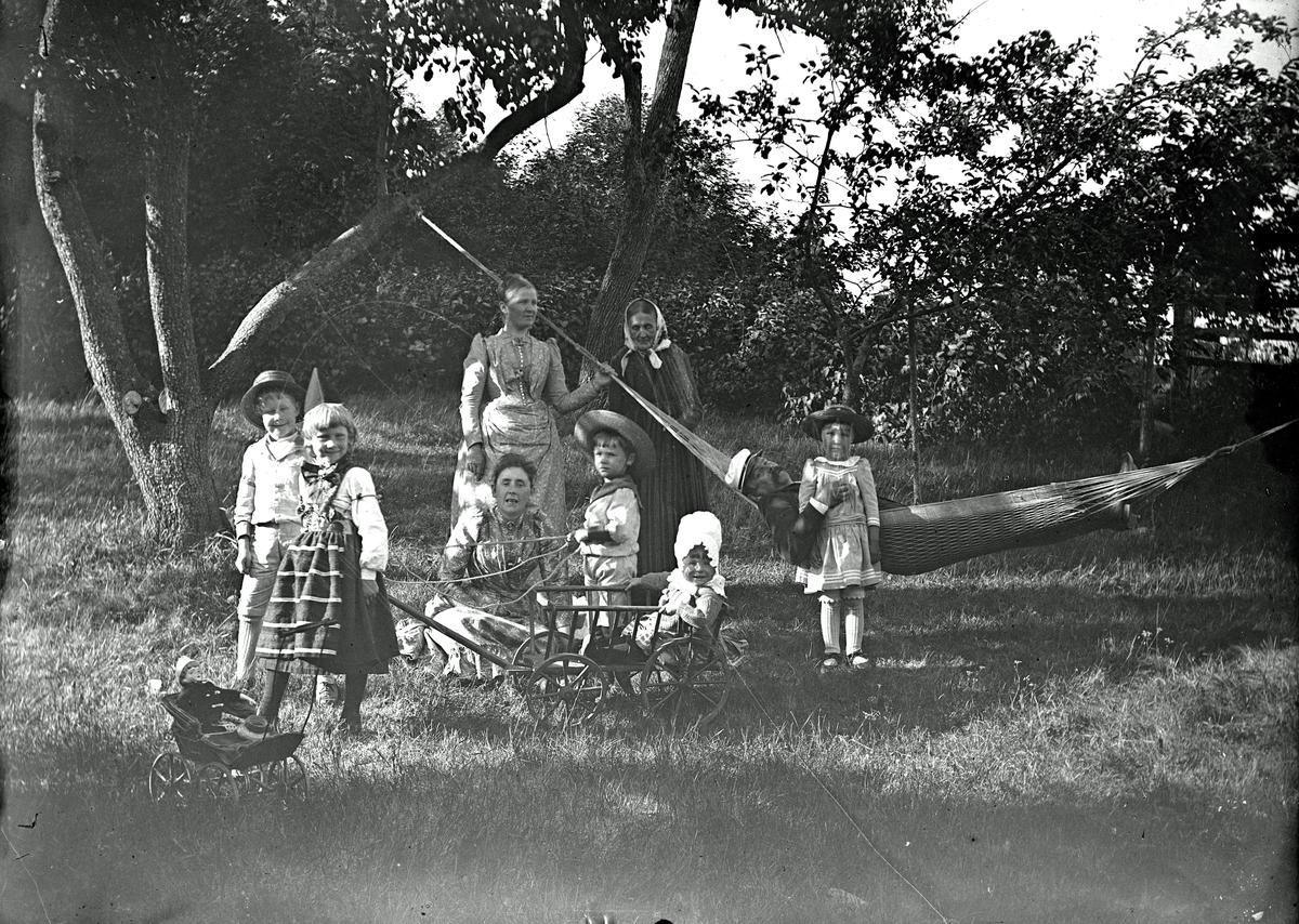 Grupp på Afhulta med Gunnar Hallströms barn.