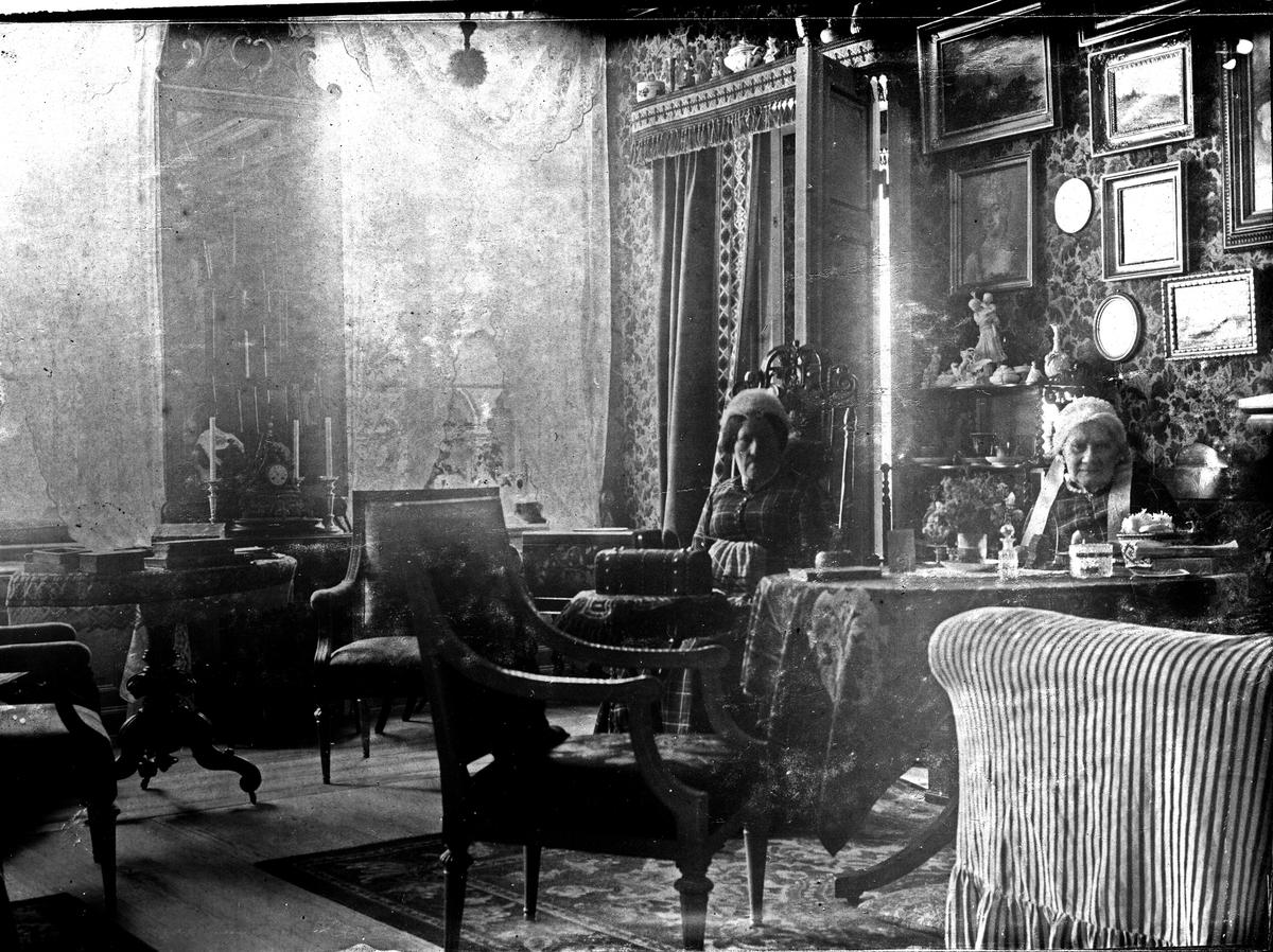 Två kvinnor som sitter vid ett bord. Fotograf Alfred Bergendahl. Givare H Bergendahl.