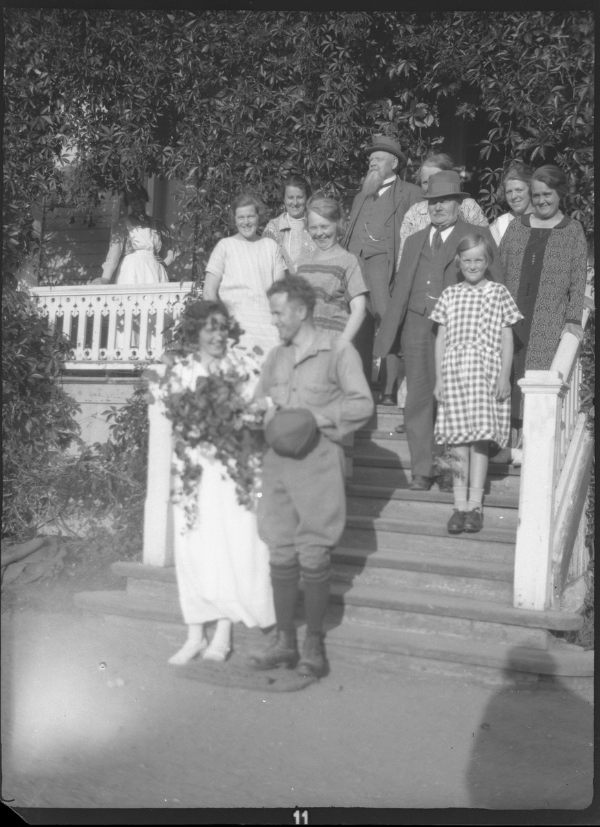 Okända personer, Elna Brundin står längst till vänster i trappen. Möjligen pensionatet i Marma, 1919.