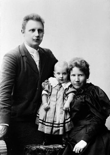 Kirsten Malfrid med sine foreldre, ett år gammel