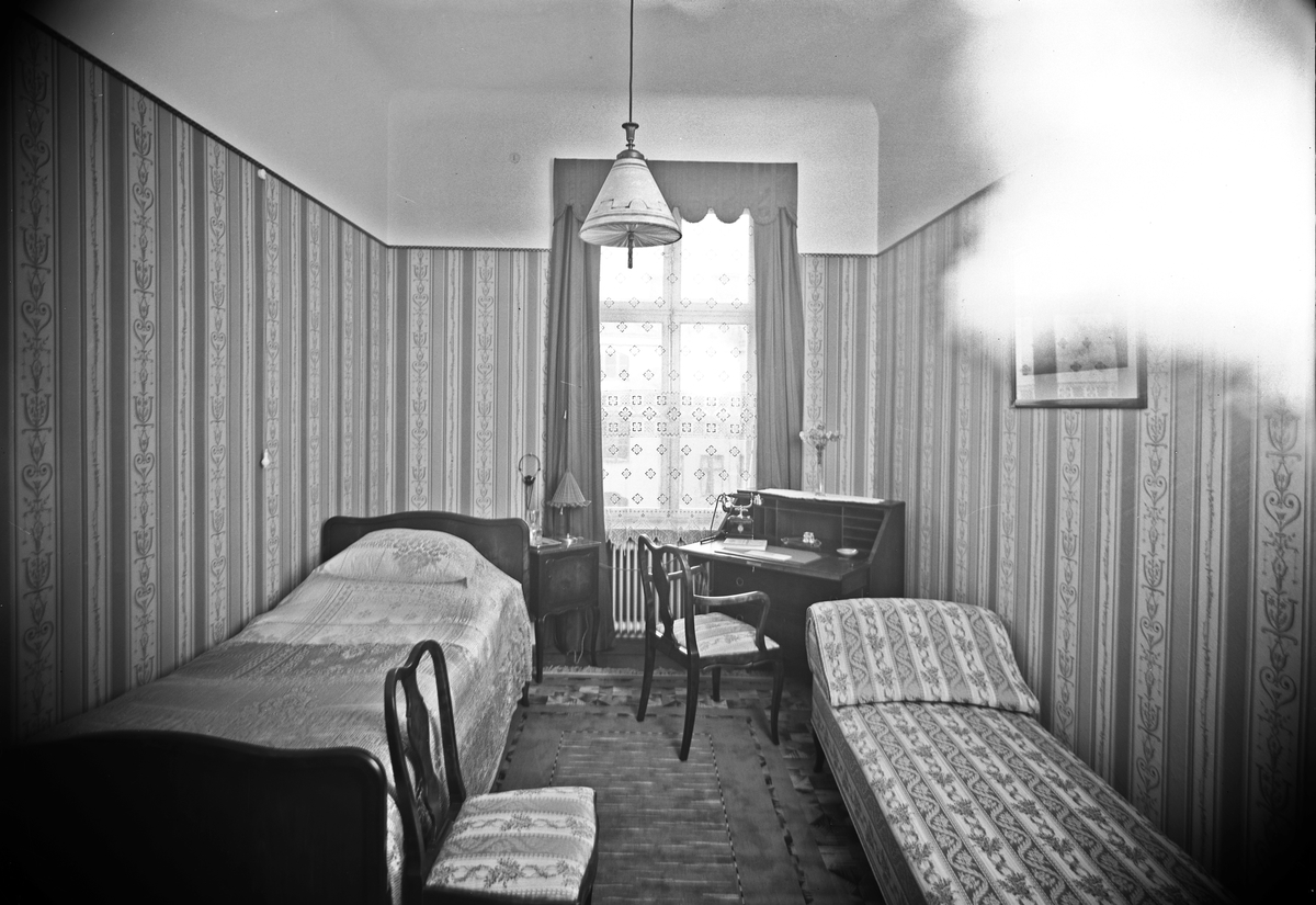 Grand Central Hotell. Enkelrum. Den 10 juli 1929. Byggdes 1875 - 76 och fick namnet Hotel Prins Oscar, nuvarande namnet erhölls år 1891 och gjordes om till ett moriskt kafé. 1896 uppfördes i anslutning till trädgården en musikpaviljong i barockstil. 1919 köpte Oscar Zedrén hotellet.