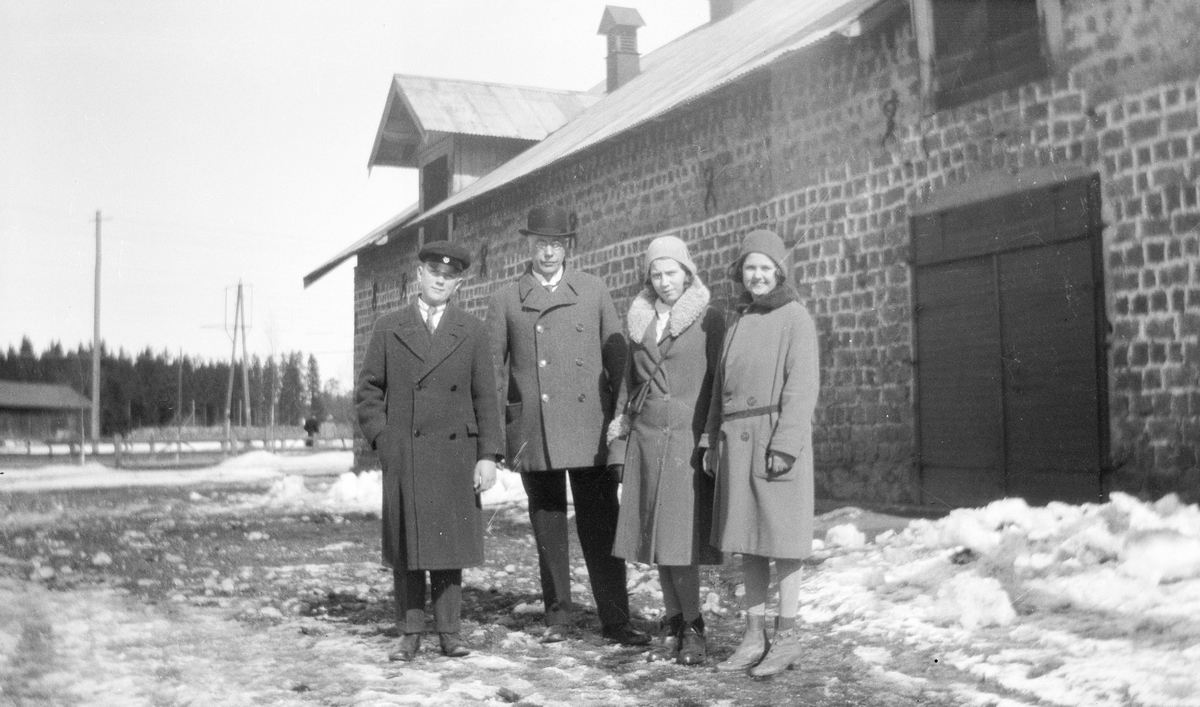 Vid stallet. Tidsomfånget är 1900 - 1940