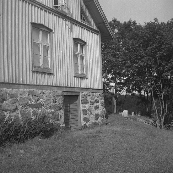 Foto av ett bostadshus på stenkällare.