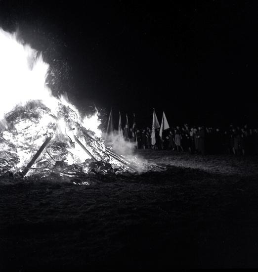 När våren kom, 1944. Majbrasan är tänd. I bakgrunden skymtar några scouter m.m.