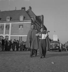 """Barnens Dag, 31/5 1946.Några tonårspojkar/""""djäknar"""" i skolm"""