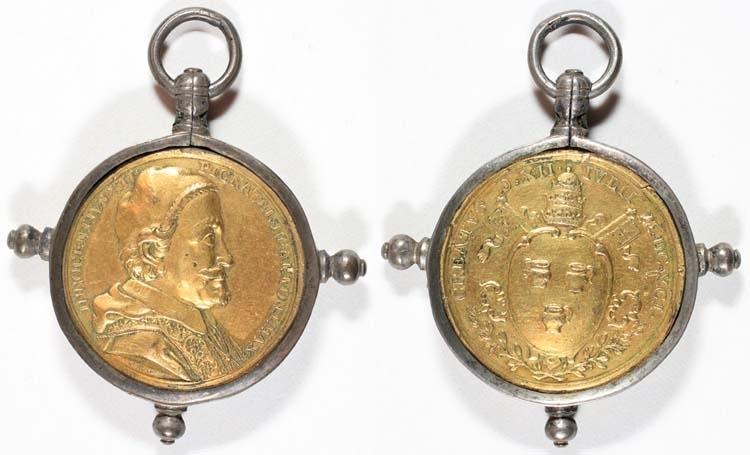 Medalj, Vatikanstaten (Kyrkostaten). Regent: Innocentius XII (Antonio Pignatelli) 1691 - 1700. Motiv: Bröstbild / Vapensköld. Omskrift: INNOCENT IVS XII PIGNATEL NEAP PONT MAX )( CREATUS D XII IVLII MDCXCI.  Gravör: G. H = Georg Hautsch. Konstnär: Myntmästare: Rand: Slät. Stämpelställning: . Myntfakta/Kommentar: Infattad i en ram av tenn, upptill försedd med ögla och ring, på sidorna och nedtill rundade knoppar. Förggylt tenn. Troligen tillverkad i Nürnberg. Proveniens:  Vikt: 32,10 gram. Litteratur: Se diarieboken volym 6 sid 40.