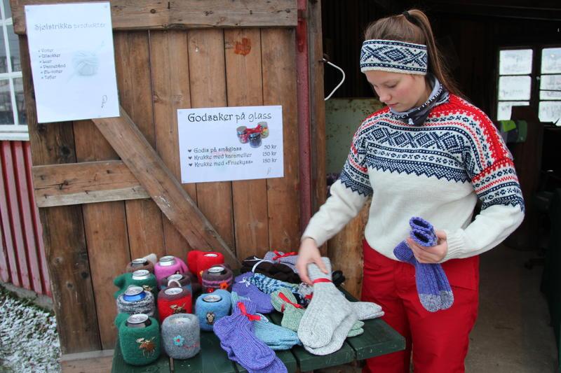 Jente i Mariusgenser viser fram sine strikkeprodukter. (Foto/Photo)