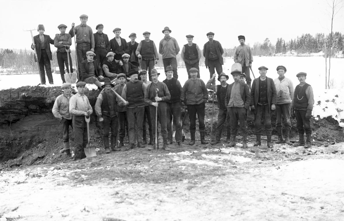 """Nödhjälpsarbete. Landsvägen byggs om 1922 utanför """"Erik-Lars"""". (Josef Erikssons hem)."""