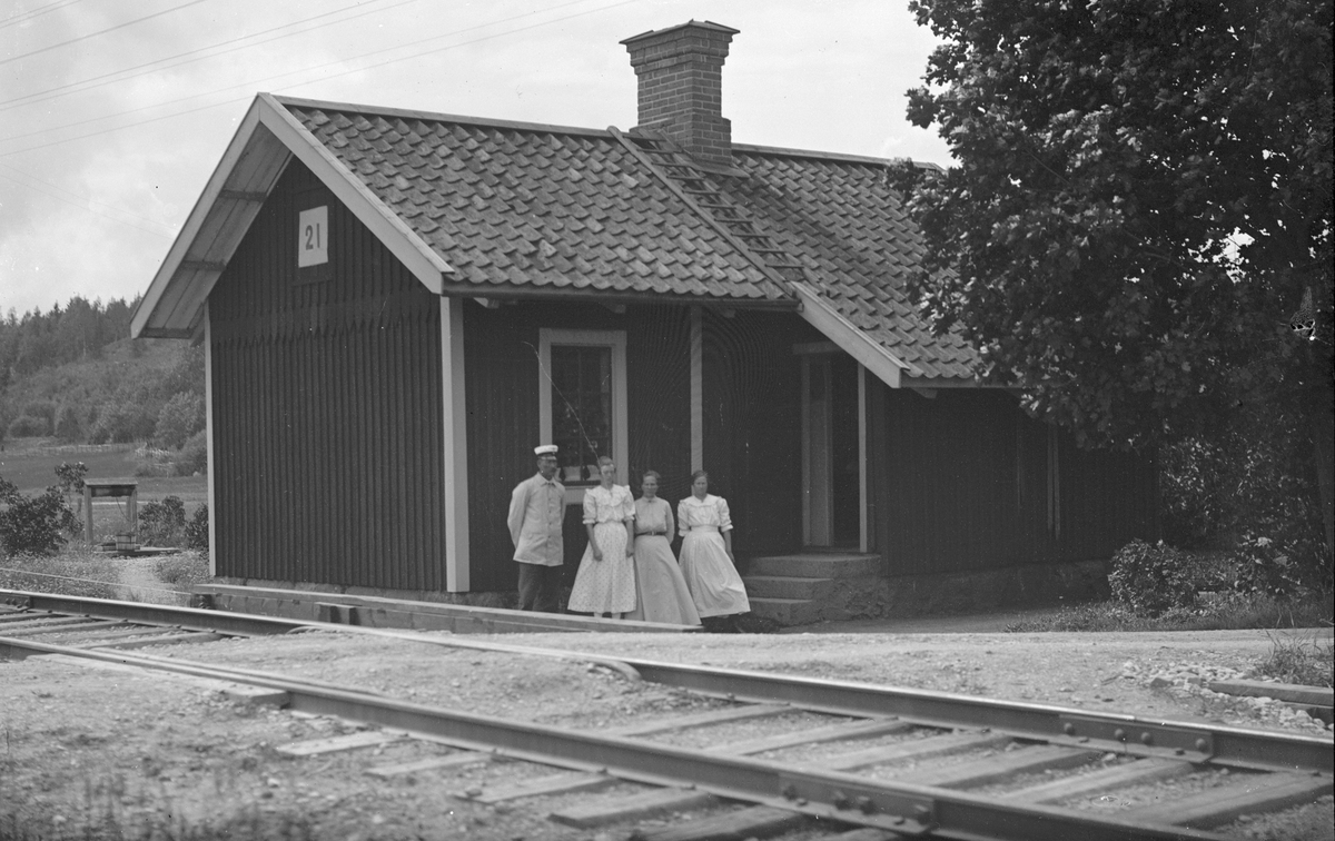 Banvakt Alfred Andersson och hustru Anna Andersson, två okända damer