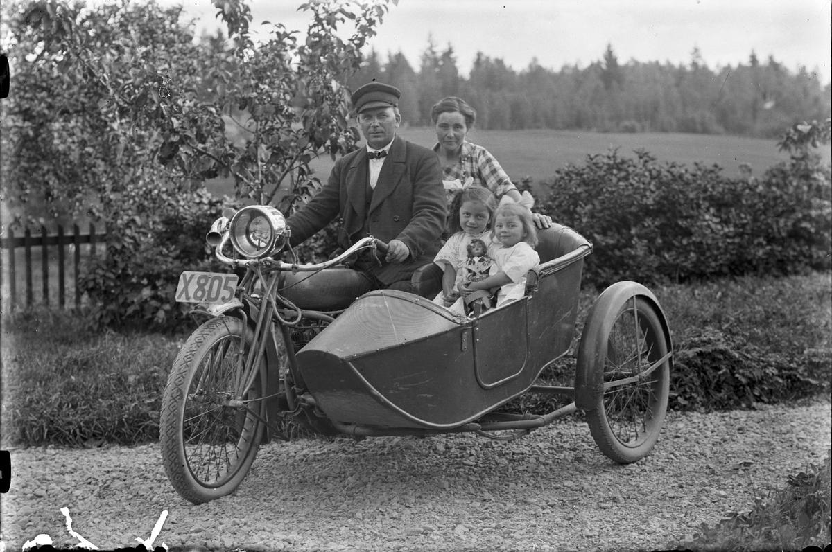 Axel Petterson, Nyhyttan, Hästbo, med familj på motorcykel med sidovagn. En X805 Indian 7,5 hk 1921.