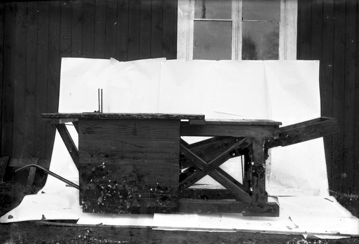 Vedkap tillverkad hos Eriksons, sedermera Lingvalls, snickeri och smidesverkstad. Foto 1920-tal.