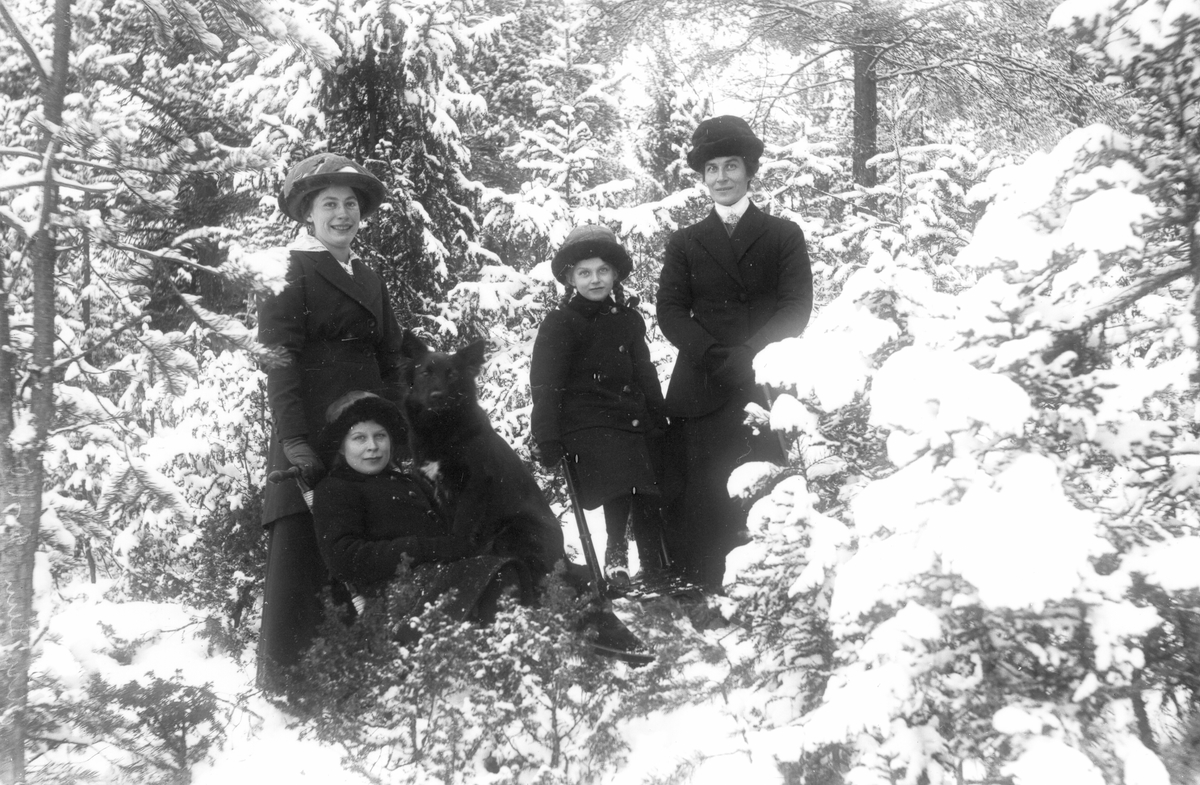 Från vänster: Edla Olsson, Signe Sjörén, Astrid Sjörén och modern Hedvig Sjörén.