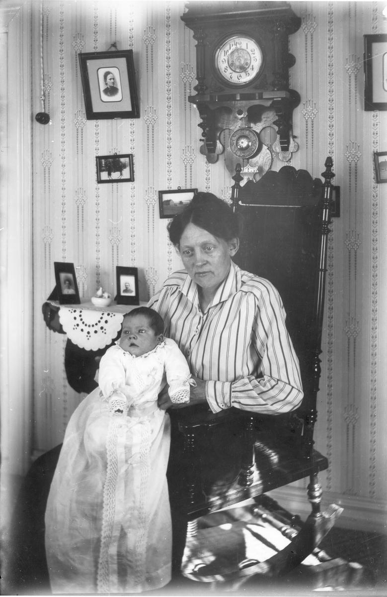 Kvinna med litet barn i dopklänning. Foto i maj 1919.