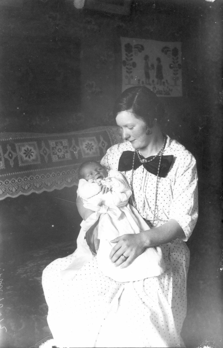 Kvinna med barn i famn. Foto 1917.