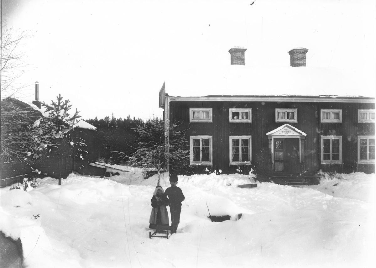 """Gården """"på Berge"""" i Östansjö. Barnen Ester Lindberg och Per Herman Lindberg, fotografens barn. Foto ca 1900."""