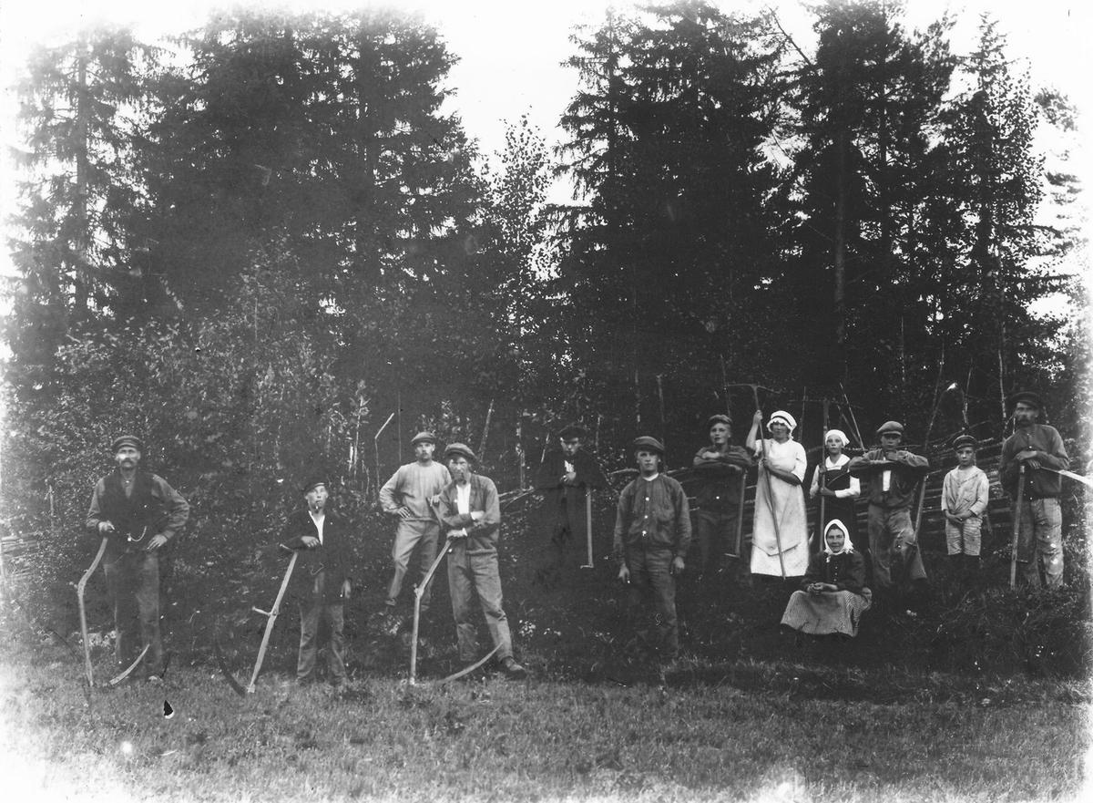 Kvinnan som sitter är Anna Lindberg, bakom henne i vitt står Ester Lindberg (Anna, hennes mor i Östansjö).