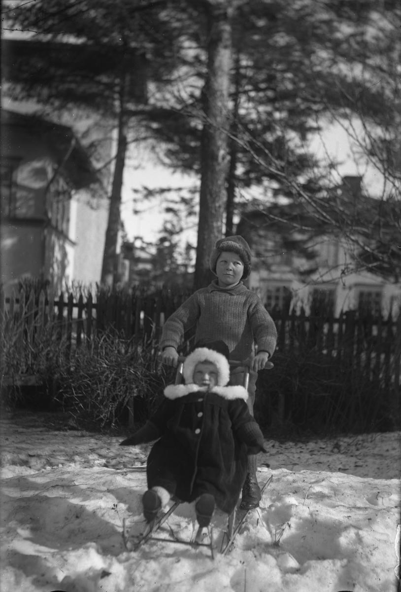 Två barn med sparkstötting.
