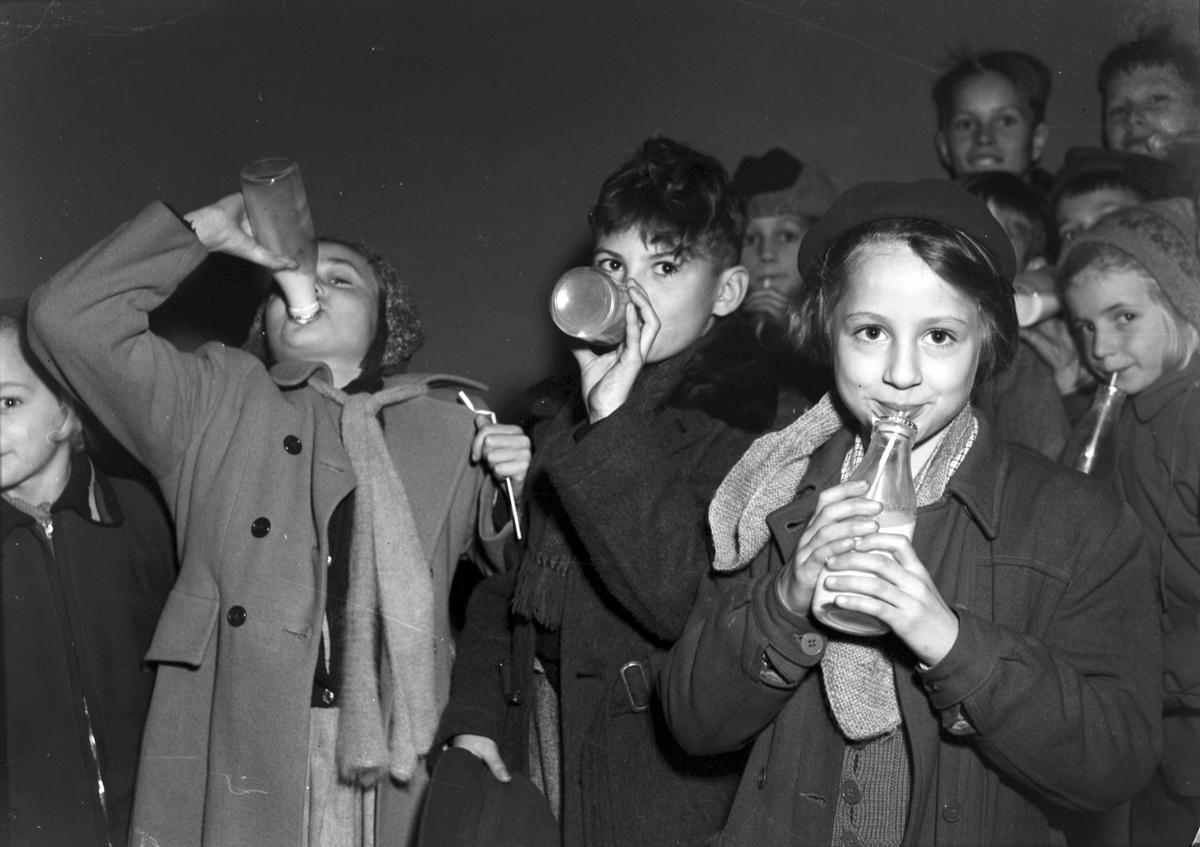 Mjölkpropaganda. 12 november 1951. Barn dricker mjölk på Metropolbiografen