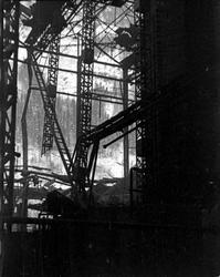 Ødeleggelser etter bombing på fabrikkområdet.