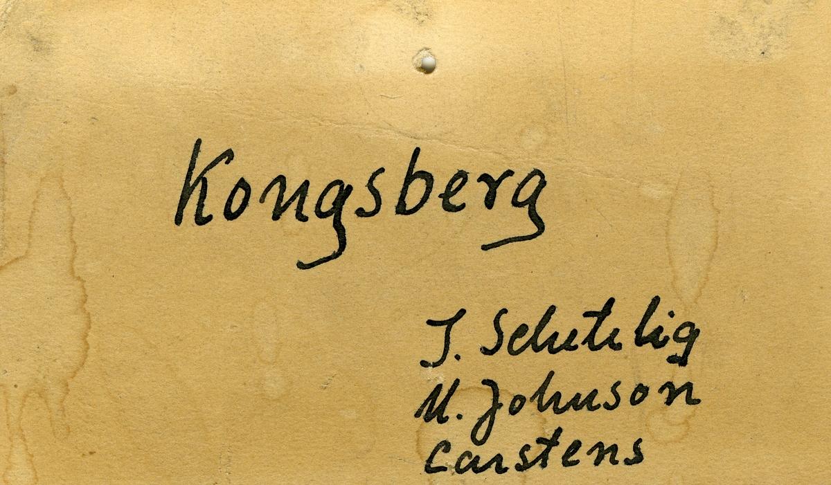Tre etiketter i eske:  Etikett 1: «Stenbrudgranit» Kongsberg J. Schetelig leg. 1910  Etikett 2:  «Stenbrudgranit» Kongsberg J. Schetelig 1910  Etikett 3: Kongsberg J. Schetelig M. Johnson Carstens