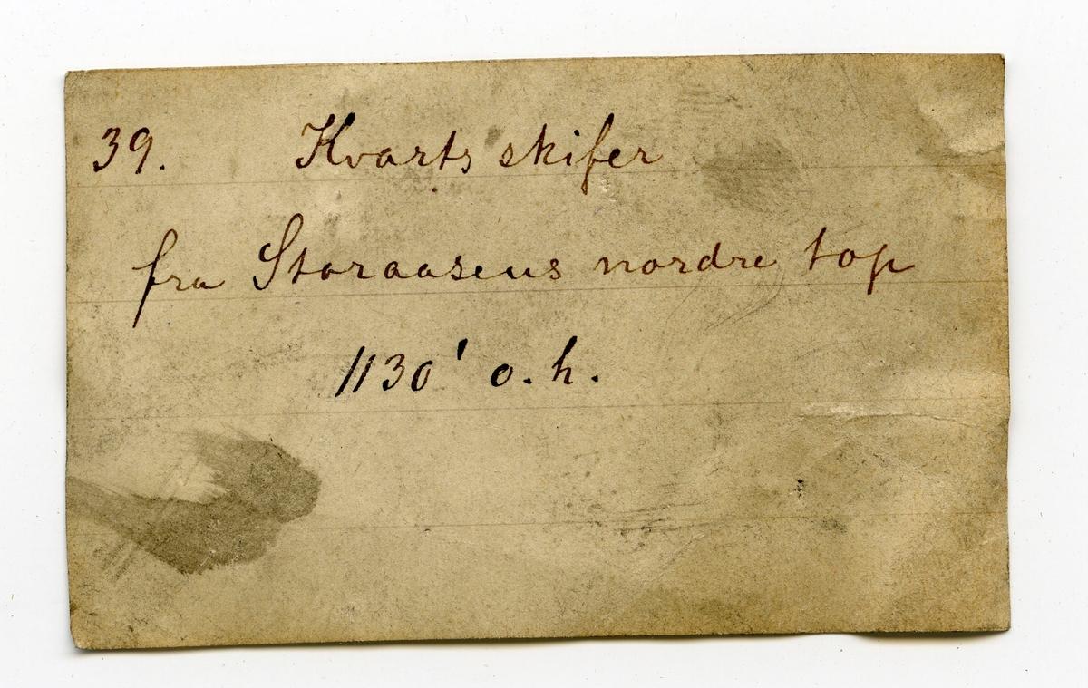 Etikett i eske: 39. Kvartsskifer fra Storaasens nordre top 1130' o.h.