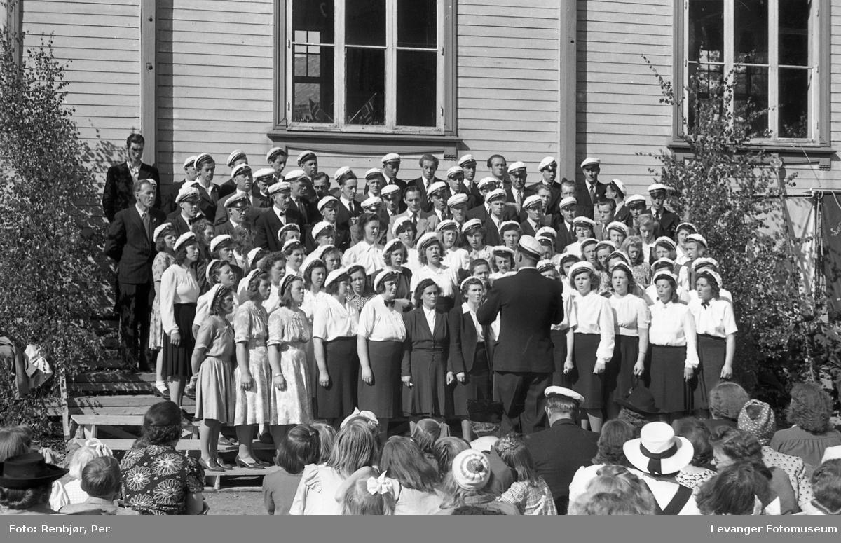 Sangens dag, Levanger, koret synger på trappa.
