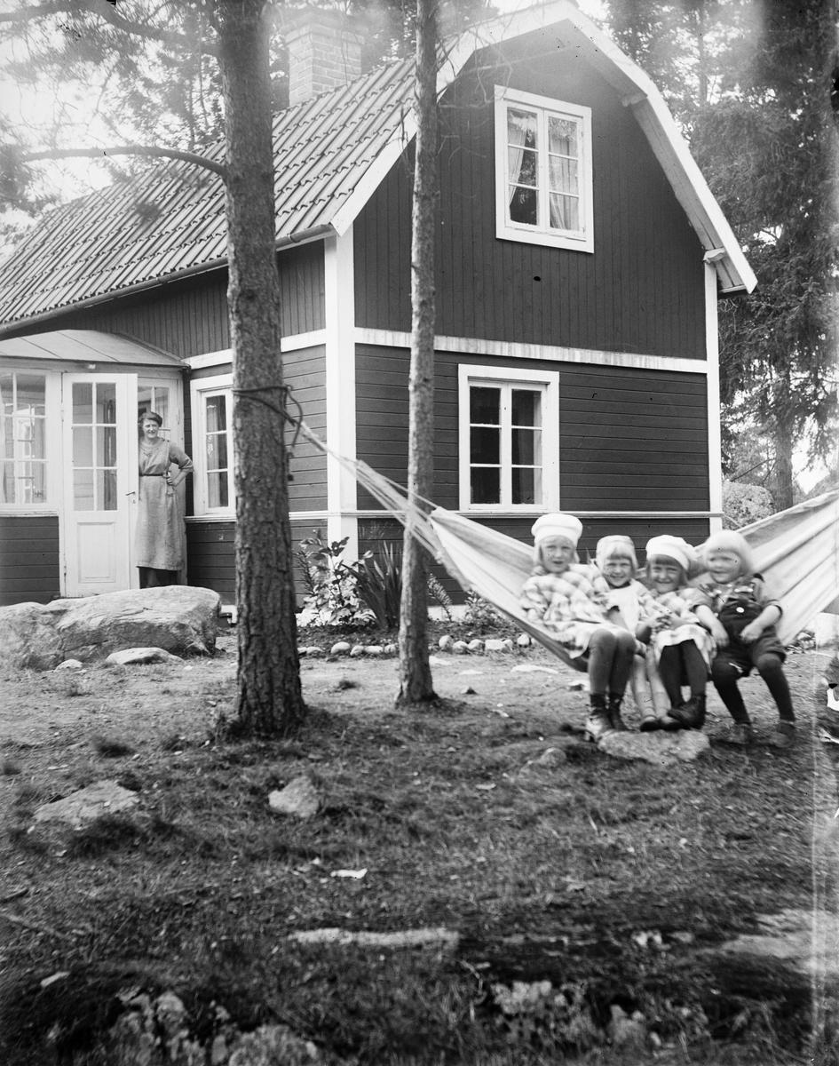 """""""Norlanders villa i höjdformat med barnen i hängmattan"""", Fröslunda, Altuna socken, Uppland 1921"""